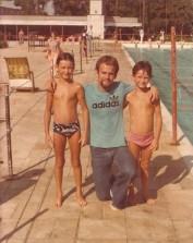 Meu irmão Ricardo, professor Rafael Pacheco e eu ao lado da piscina olímpica do CC. Muito antes da cobertura e da reforma.