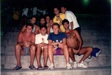"""Torcida jan 1994. Embaixo: Polaco, Salsa, Mauro Castro e Pacheco. Em cima: Esmaga, Renato, Chulé, Piu Piu (fazendo sinal de """"manhã"""") Cassiano e Tamanaha."""