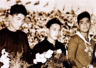 À esquerda Shiro Hashizume do Japão, ao centro Ford Konno dos Estados Unidos e à direita Tetsuo Okamoto do Brasil. Podium da sensacional final dos 1500 metros dos Jogos Olímpicos de Helsinque de 1952.
