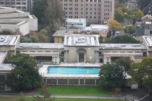Piscina de Berkeley, vista de longe.  A jacuzzi ficava a direita na foto, atrás das arvores.