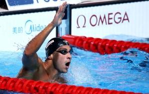 Felipe Lima comemora o bronze nos 100m peito