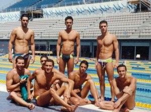 Delegação brasileira faz o reconhecimento da piscina (literalmente) olímpica.