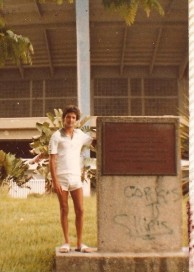 Não é estranho tirar uma foto ao lado da pedra fundamental do estádio?