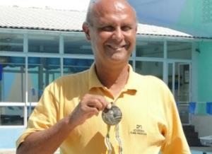 Aos 55 anos Djan exibe orgulhosamente a sua medalha - um metal olímpico é para a vida toda!