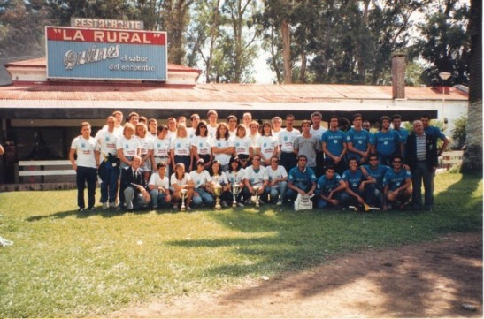 """Seleção Brasileira Absoluta no Sul-Americano de 1990, na frente do lendário La Rural.  Todas as fotos """"furtadas"""" do Facebook do Cacá."""