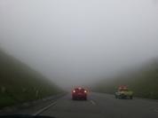 transito lento e névoa na serra