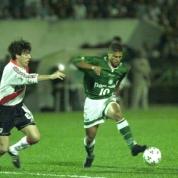 8) A semifinal da Libertadores de 1999, golaço do Alex. Fomos no Palestra com o Polloni, meu pai e um convidado ilustre, que no entanto era literalmente River Plate desde criancinha, o Pancho. Dentre os gols mais importantes do Palmeiras, o gol de Alex é talvez o mais bonito que vi ao vivo bem na minha frente. https://www.youtube.com/watch?v=0x4fu7XqxgQ . A foto peguei aqui: http://www.estadao.com.br/noticias/esportes,precisamos-retomar-a-escola-brasileira-afirma-o-veterano-alex,1055505,0.htm .