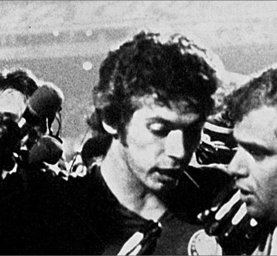1) A primeira lembranças mais forte foi em 1978, quando o então meu ídolo Leão achou por bem dar uma cotovelada na nuca do Careca dentro da área no primeiro jogo da final do brasileiro contra o Guarani. Ouvindo no radinho de pilha, eu torci em vão para o Zenon errar. Que nada, o bigode converteu e perdemos ali aquele brasileiro, não houve forças para reagir em Campinas no segundo jogo. https://www.youtube.com/watch?v=vee1ziuXVd8 . A foto peguei aqui: http://fotos.noticias.bol.uol.com.br/esporte/2012/04/21/confira-fotos-dos-confrontos-entre-guarani-e-palmeiras.htm#fotoNav=1