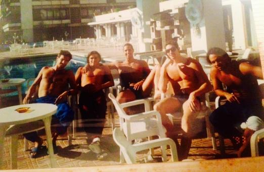 A gente na piscina, relaxando antes da competição.
