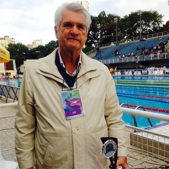 Manoel dos Santos após receber sua homenagem, na piscina do Ibirapuera. Fonte: foto da assessoria de imprensa da CBDA.