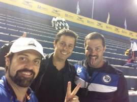 Danilo e Munhoz aproveitam para entrevistar um dos protagonistas da competição, o head coach do ECP (esse de bigodinho). Atrás, as arquibancadas vazias...