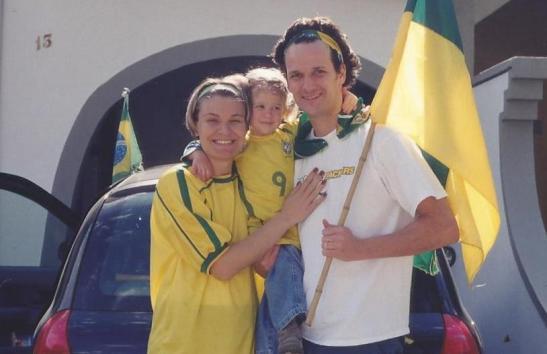 11h30 - saída para as comemorações do PENTA. Eu estou sem a camisa do Brasil porque o Renato não devolveu a que eu emprestei para ele ir na Festa do Tite.