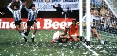 Argentina bateu a Holanda, com muito papel picado...
