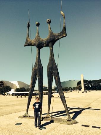 Homenagem aos candangos que construíram Brasília.