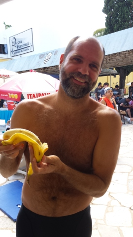Renato e sua banana, que juntamente com o treino de Jacaré, lhe garantiu o ouro no 50 Costas