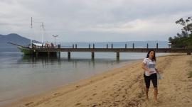 Escuna esperando os nadadores.