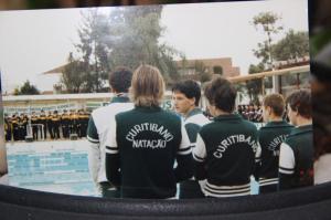 A faixa em outro ângulo. Na equipe do CC, a frente: Gustavo Pinto, Magalhães e Cezar Antunes. Atrás: LAM, Gerson Sunyé e Sergio Penteado.
