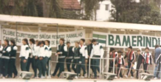 Desfile de abertura do Troféu Avelino Vieira, apesar de fora de foco, dá para ver a faixa em homenagem ao título de Ramalho.