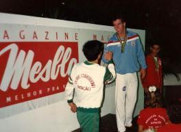 Cumprimento ao campeão Edson Silva, sob o olhar atento de Emanuel Nascimento.