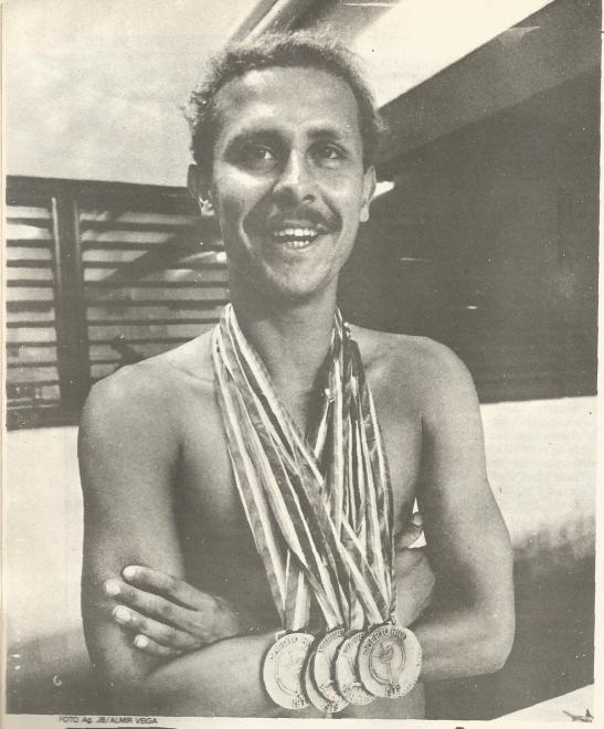 Djan com suas SEIS medalhas conquistadas no Pan de 1979. (Foto de Almir Veiga - JB, que retirei da revista Nado Livre.)