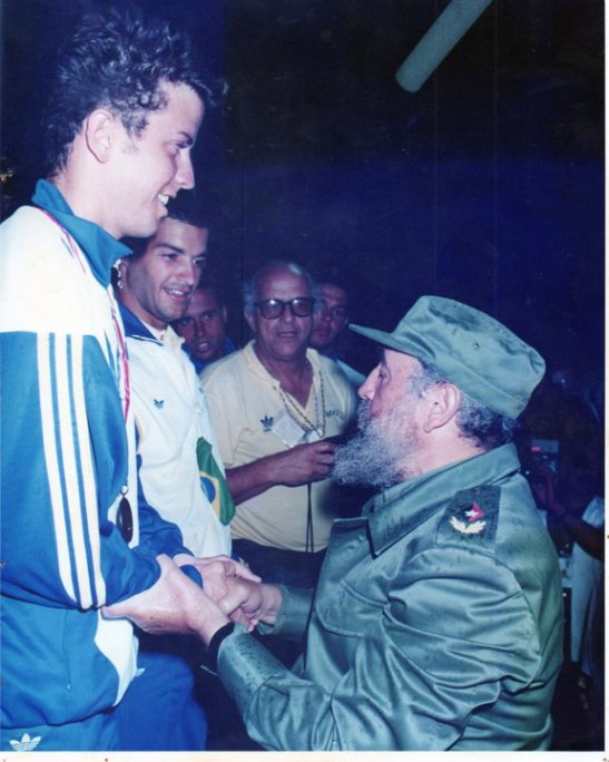 Rodney Bell recebe o bronze das mãos de Fidel Castro, Coaracy observa.