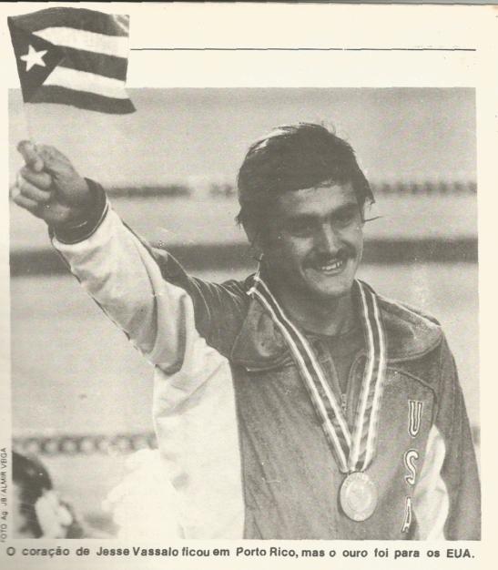 Vassallo no pódium do Pan de 1979, com o uniforme dos EUA e a bandeira de Porto Rico.