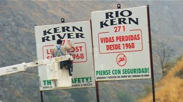A placa de mortos na entrada do rio.  Na minha época só tinha placa em inglês!