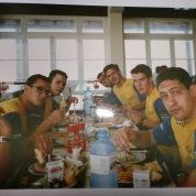 Foto do Cassiano no refeitório: Tetê, Romero, Picinini, Oscar, Cassiano, Bellini e Gustavo.