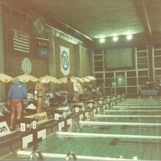 Final dos 200P em 1987. Ali na raia 4, de branco e touca rosa, eu mesmo (legenda escrita por Cordani).