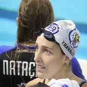 Beatriz Travalon pondera com o técnico sobre a prova dos 50P