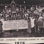 Jorge levanta a taça de campeão carioca para o Tijuca Tenis Clube. Foto de Jorge Fenrandes.