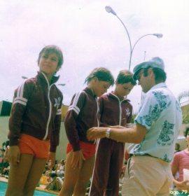 """Em 1979, competindo em meio aos """"trabalhos-base"""", choros e tentativas de parar de nadar. O paraninfo é meu pai, eu sou o do centro, à esquerda João Carlos Rangel Soares, à direita André Fernandes."""