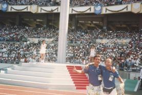 Emanuel Nascimento e Zé Geraldo invadem a pista de atletismo para ficar mais perto dos coreanos e da pira olímpica