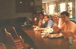 Refeitório do Baseball School: eu, Chitão, Leo, Jorge e Castor.