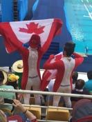 Torcedores canadenses ajudando um bronze nos saltos ornamentais