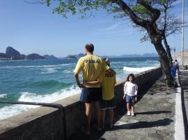 PEBAS observam o mar mexido.